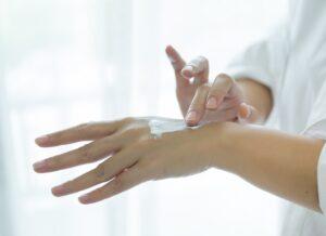 Lavaggi frequenti delle mani ed utilizzo di igienizzanti a base alcolica…ora più che mai le nostre mani hanno bisogno di una idratazione mirata!